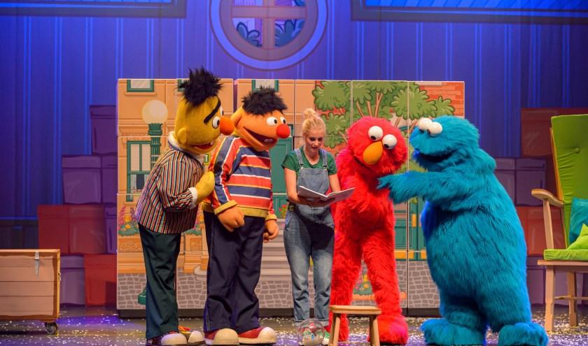 Bert, Ernie, Janouk Kelderman, Elmo en Koekiemonster in familiemusical Sesamstraat Live!