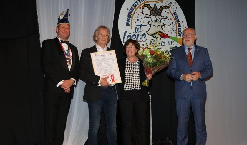 Jan Peters ontving zaterdag de oorkonde 'Moed, Beleid, Trouw' uit handen van de Boxmeerse burgemeester Karel van Soest.