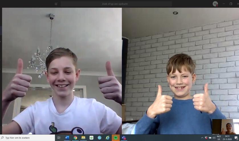 Een screenshot van de klassenconsultatie. Pim en Niels steken hun duim op naar juffrouw Rientje.