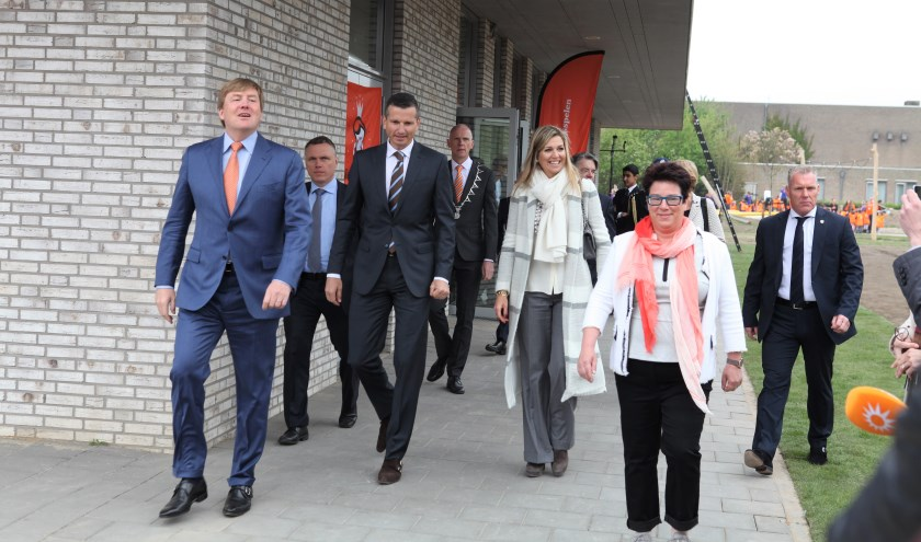 Ellen Vos (rechts) gaat voorop tijdens een rondleiding in en om de school tijdens de Koningsspelen in 2017. De Koning en Koningin volgen.