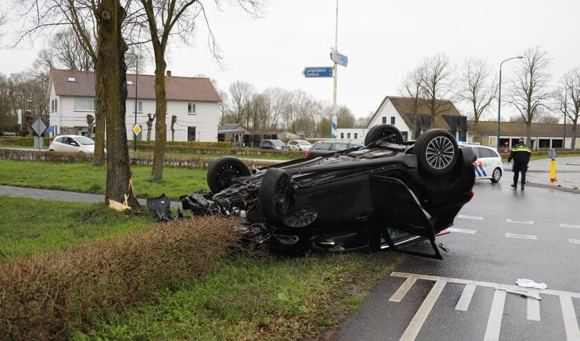 In Langenboom is een automobilist de macht over het stuur verloren en op de kop beland.