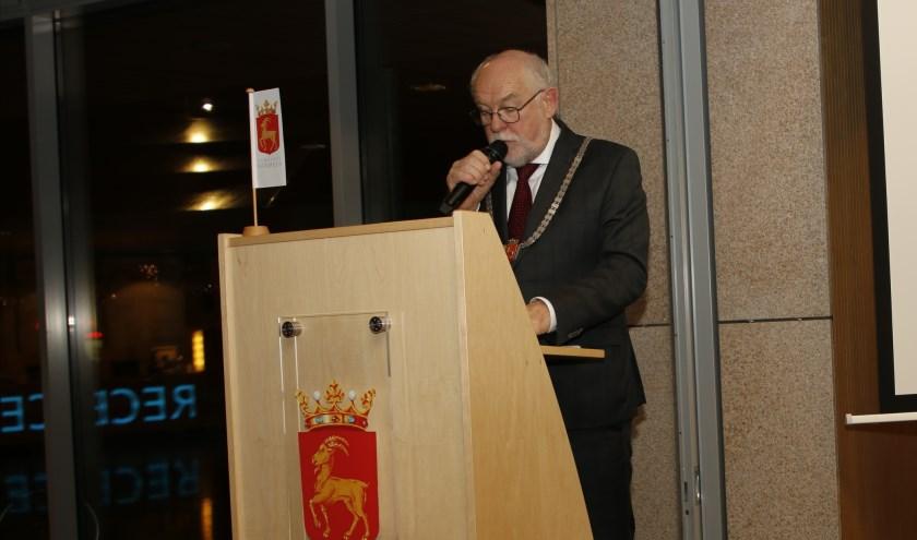 Burgemeester Karel van Soest roept op afstand te houden en binnen te blijven.