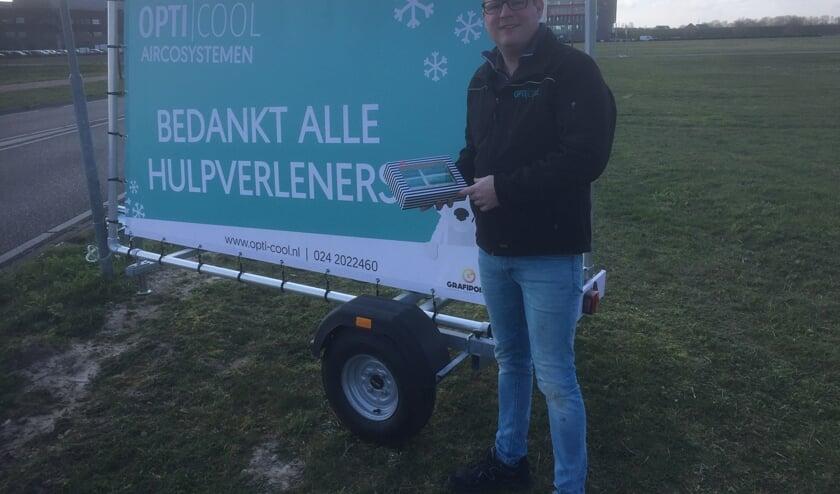 Marco Gommers trakteert namens OptiCool de zorgmedewerkers van het Maasziekenhuis op tompoucen