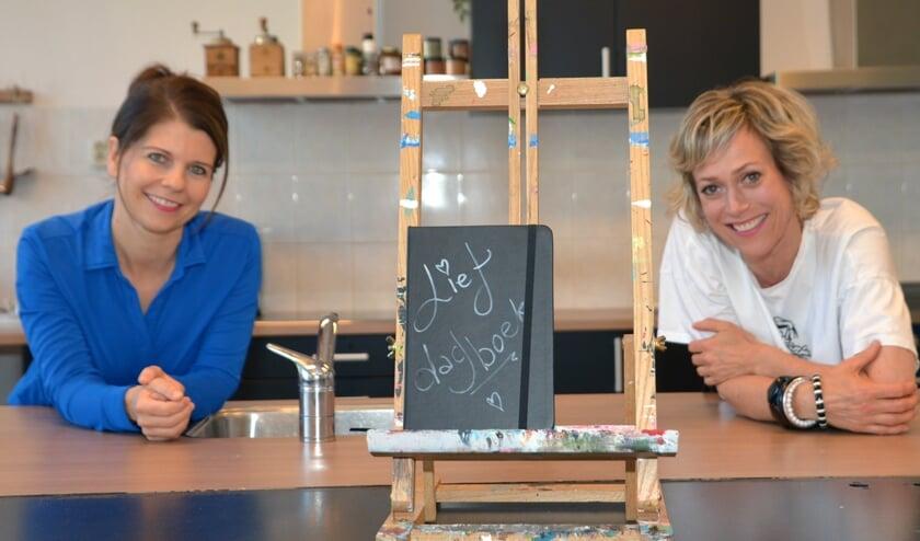 Marike en Simone, met één van de dagboeken in het midden. (foto: Henk Lunenburg)