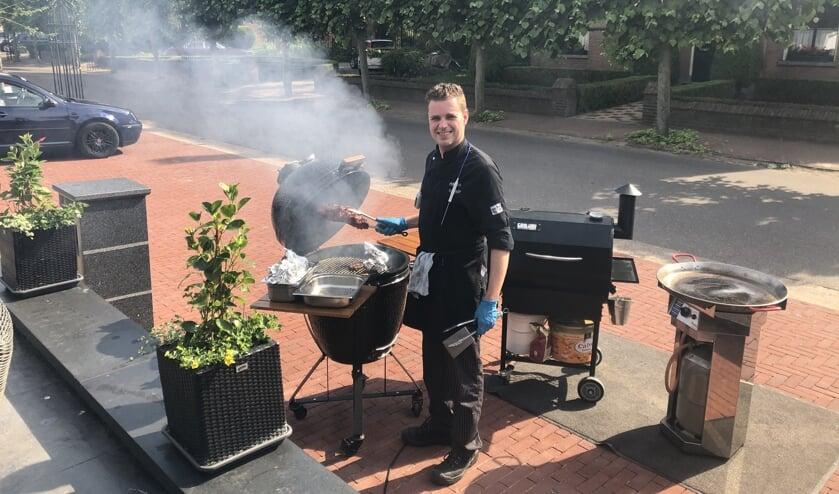 Eigenaar Mike Versantvoort staat bij mooi weer op zaterdagen buiten te barbecueën.