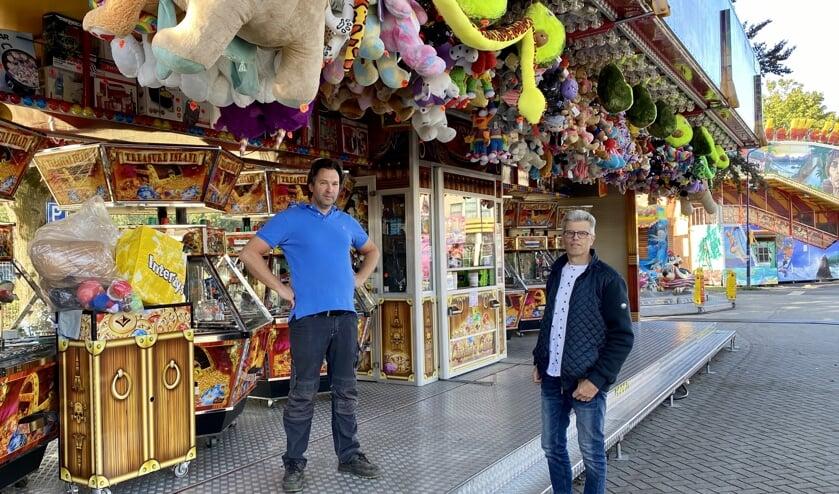 <p>Kermisexploitant William Roulaux en Mike van den Biggelaar tijdens de kermis van vorig jaar.</p>