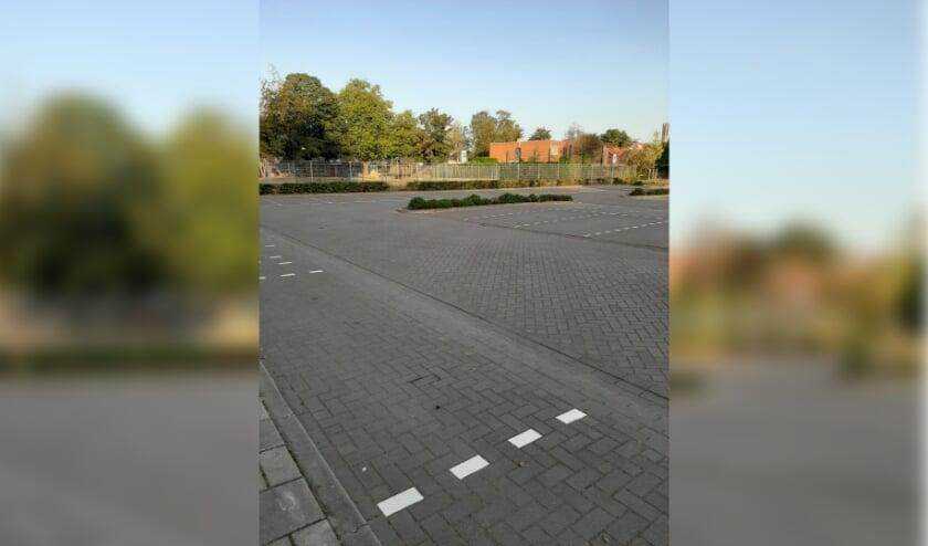 Een lege parkeerplaats bij de basisscholen.