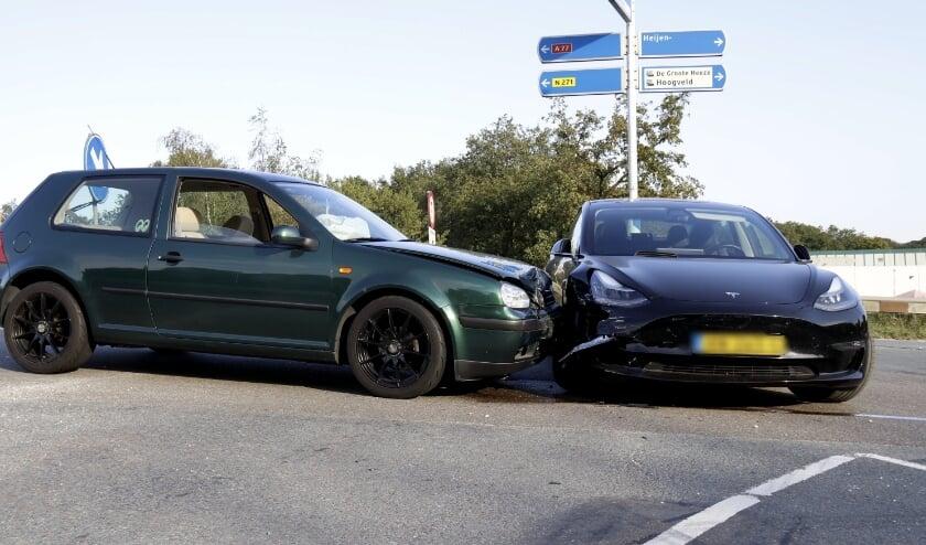 Beide voertuigen raakten flink beschadigd.