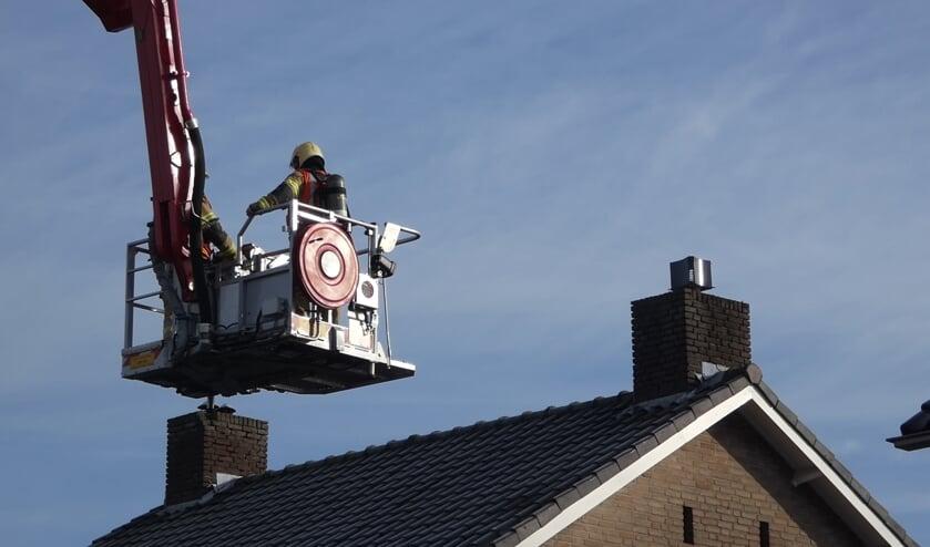 Brandweer opgeroepen voor schoorsteenbrand in Geffen. (Foto: Thomas)