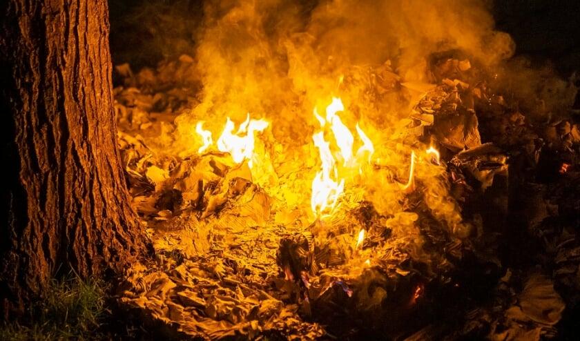 Oud papier in brand gestoken in Mettegeupelstraat. (Foto: Gabor Heeres, Foto Mallo)