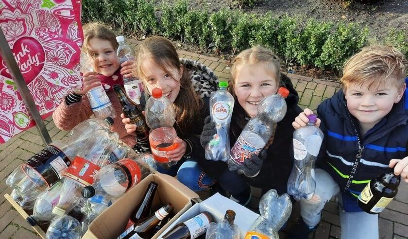 <p>Suus, Julia, Florian en Lis zamelen lege flessen in. Het statiegeld doneren ze aan het project.</p>
