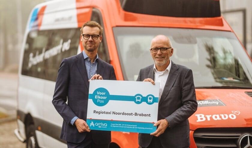 Erik van Daal (Regiotaxi) en Dieter Klein Nagelvoort (Arriva) bij de ondertekening van het contract.