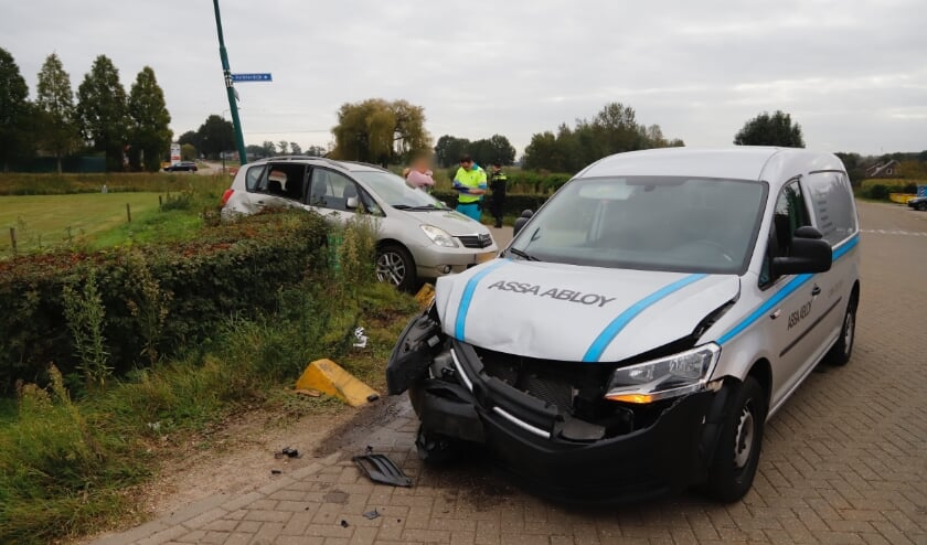 <p>Beide voertuigen, en een lantaarnpaal, raakten flink beschadigd.</p>