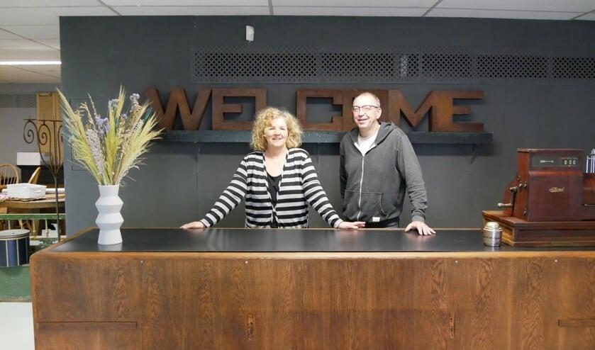 <p>Angelique en Erik achter de toonbank van hun nieuwe winkel in Erp.</p>