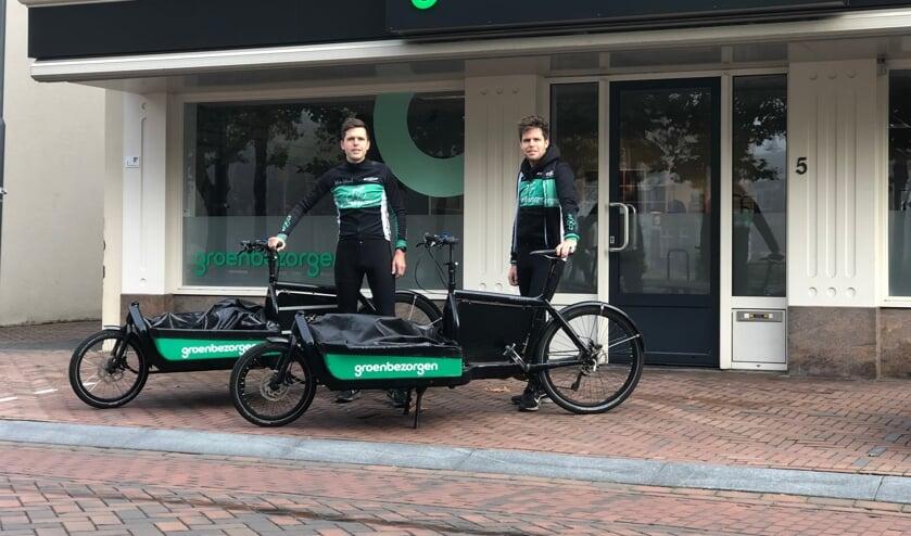 <p>Thijs en Ruud Alofs voor hun nieuwe pand aan het Heilig Hartplein in Veghel.</p>