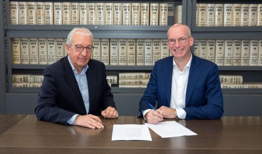 <p>Juan Castellet San Miguel en Rico Daandels ondertekenen de overeenkomst.</p>