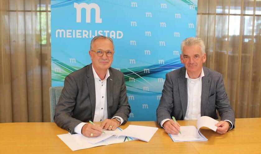 Jan Goijaarts en Marcel Hoogendorp van Van Grunsven Ontwikkeling ondertekenen de overeenkomst.