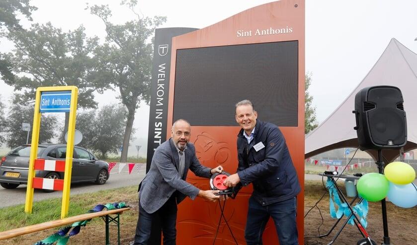 Wethouder Rob Poel en René Theunissen openen het digitale bord.