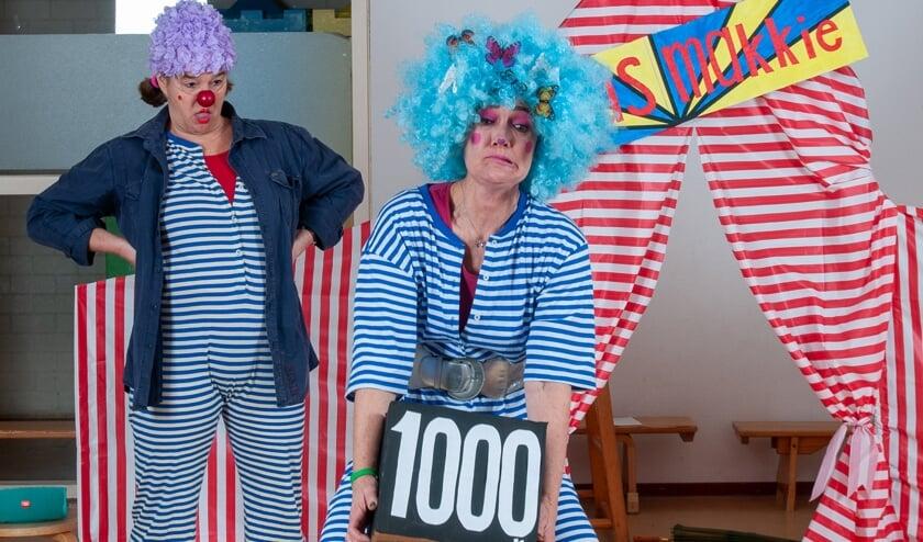 Clown Durske en Clown Pinkie tijdens 'Circus Makkie'. (Foto: Patrick Princen)