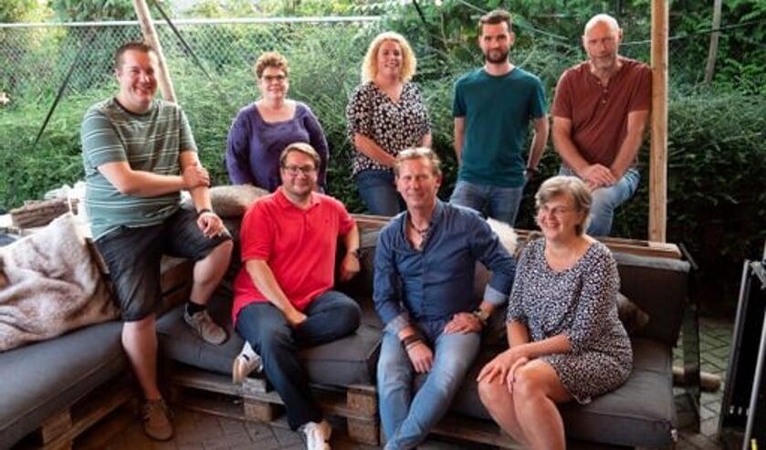 <p>Het bestuur van de kwis: Sandra, Jeanne, Jeroen, Jeannine, Guido, Ruben, Henri en Tom. (foto: Joyce van der Velden)</p>