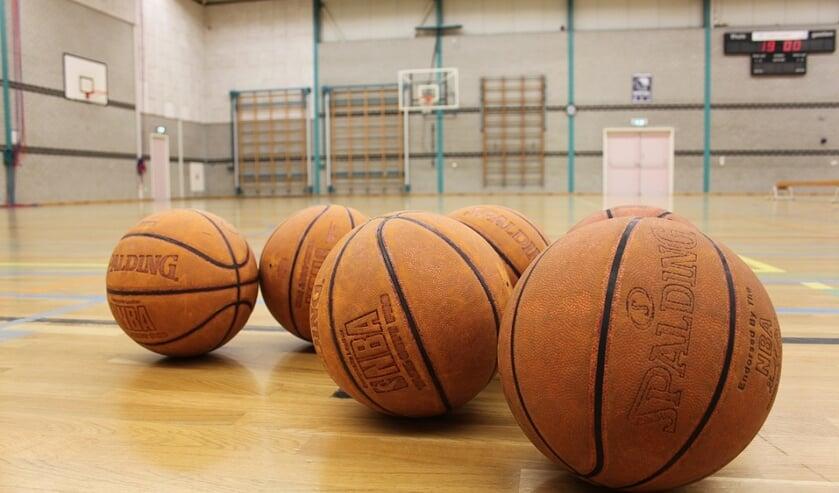Cougars houdt een basketbalclinic voor arbeidsmigranten.