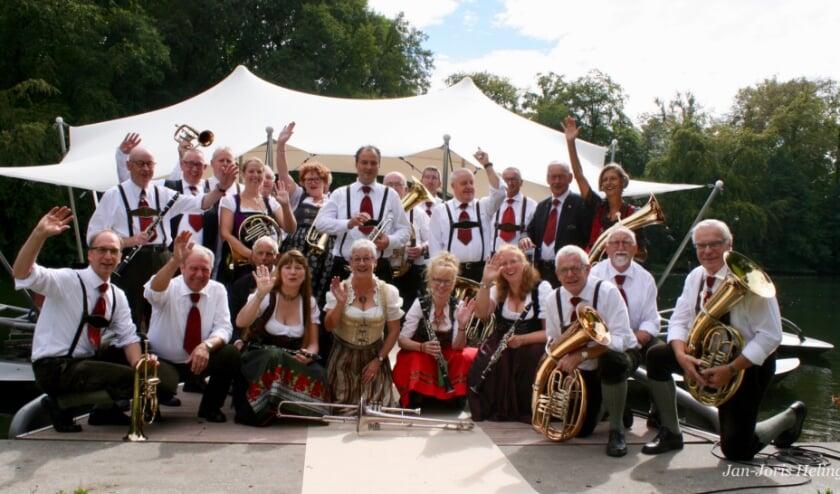 <p>Die Original Maastaler opent de Kapellencarrousel in Heijen.</p>