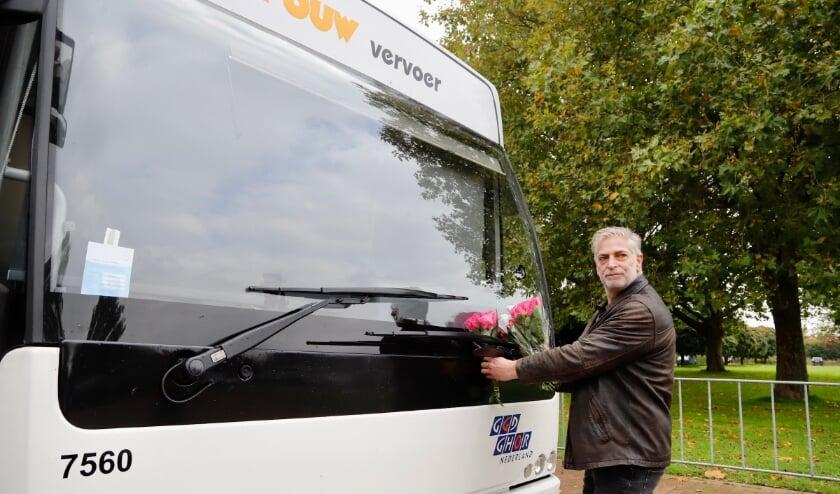 Met bloemen wil Hugo Schel de GGD een hart onder de riem steken en bedanken voor hun inzet. (Foto: SK-Media)