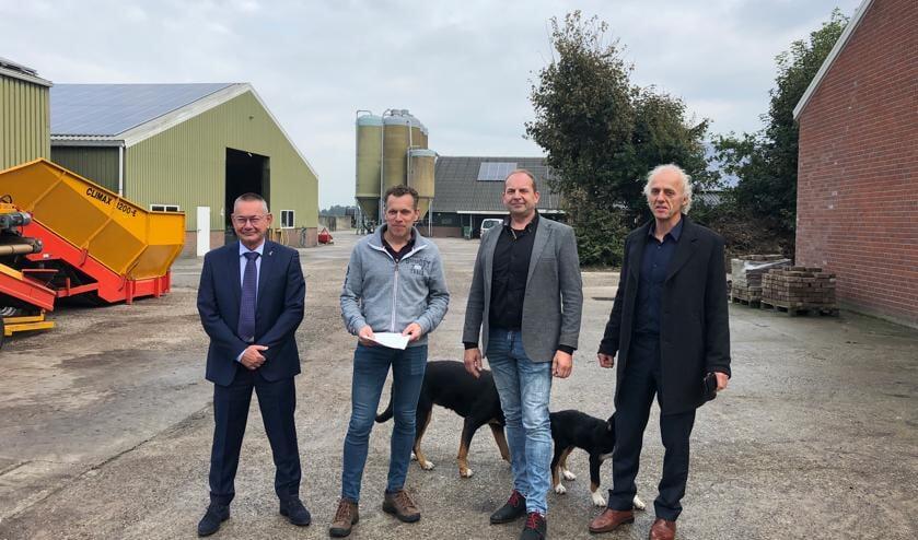 Op locatie bij het bedrijf van Erik Geene is de samenwerkingsovereenkomst ondertekend. V.l.n.r. Gé Backus, Erik Geene, Wouter Bollen en Arie Meulepas