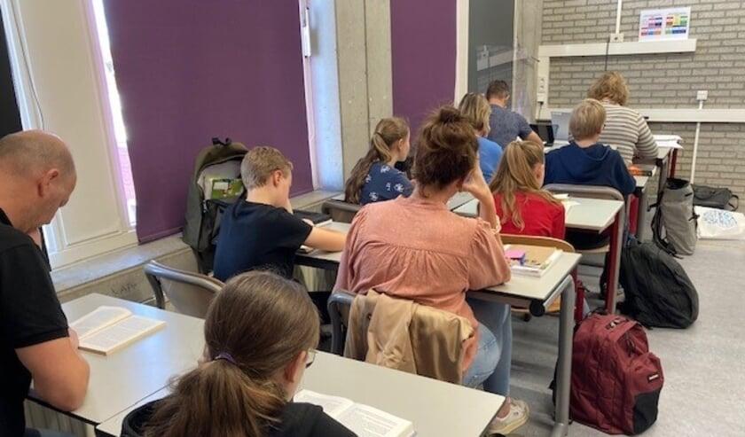 Ouders in de schoolbanken bij Metameer tijdens het lezen in stilte.