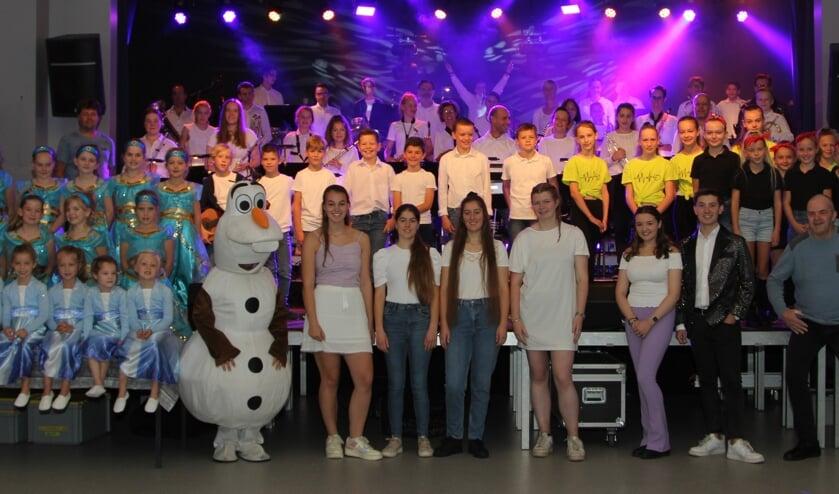 De jonge muzikanten en artiesten tijdens een van de laatste repetities.