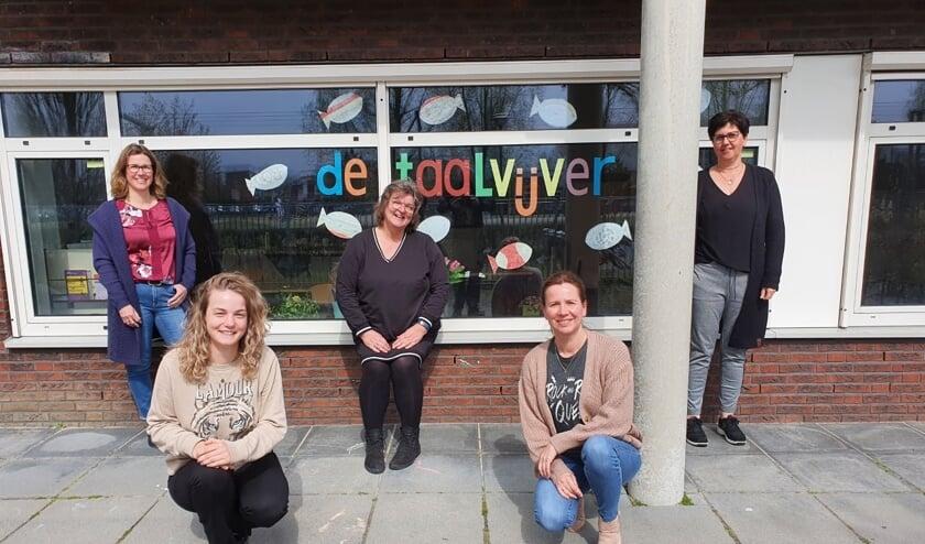 <p>Team Taalvijver van links naar rechts: Karin, Marley, Toos, Susan en Mariëtte (Ellen ontbreekt op de foto).</p>