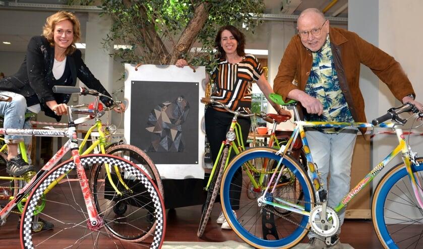 <p>Drie van de vier exposanten: Simone Boogers, Ellen Timmermans en Wim Teunissen. (tekst + foto: Henk Lunenburg)</p>