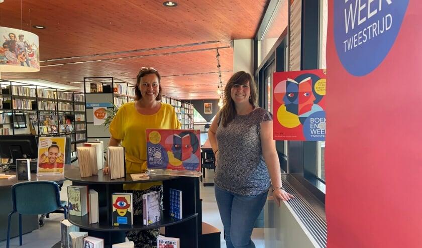 <p>Larissa (l) en Evi in de Udense bibliotheek, die weer voor iedereen geopend is.</p>