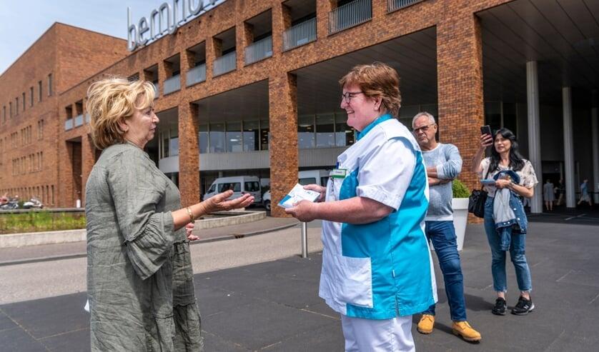 Organisator Muze Misse overhandigt dikke stapel toegangskaarten aan Bernhoven. (Foto: Thomas Segers)