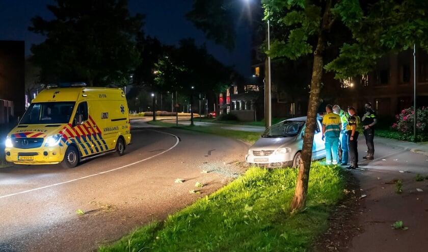 Automobiliste ramt boom, waarna voertuig over de kop vliegt in Gerbrandylaan. (Foto: Gabor Heeres, Foto Mallo)