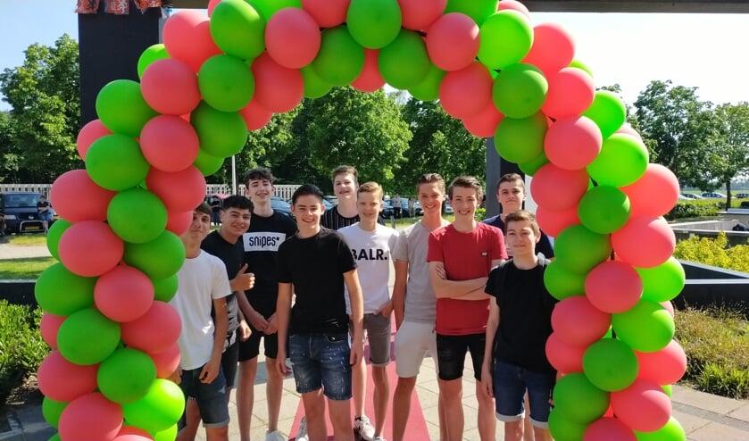 Een welverdiend, knallend feest op Metameer. Met z'n allen op het schoolplein van de locatie Stevensbeek om samen te vieren dat je bent geslaagd. Van harte gefeliciteerd allemaal! Foto's: Veronique Verhoeven