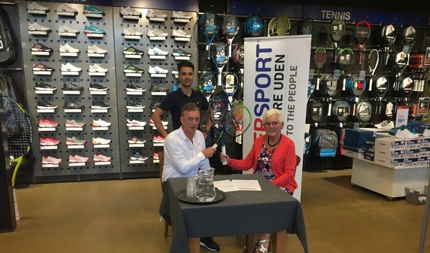 <p>Jeanne Vissers (Veghelse tenniskampioenschappen) ,Willy van Erp en Patrick Koolen (Intersport) zijn zeer tevreden over de samenwerking.</p>