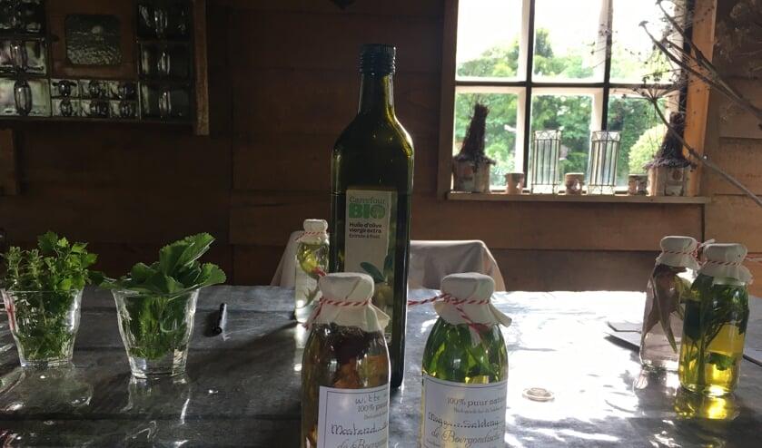 <p>Bij de kruidenworkshop wordt met diverse kruiden uit de biologische Moe&rsquo;stuijn een gepersonaliseerde vinaigrette gemaakt. </p>