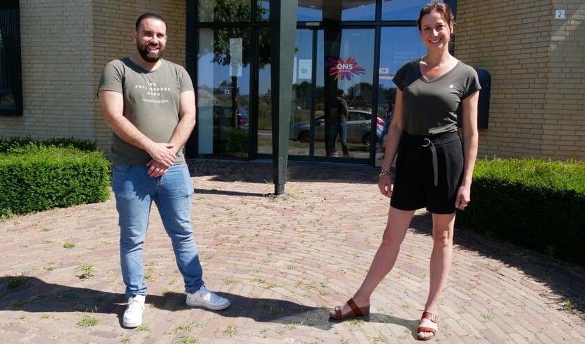 <p>Hassan en Saskia voor het pand waar Vluchtelingenwerk Uden is gevestigd.</p>