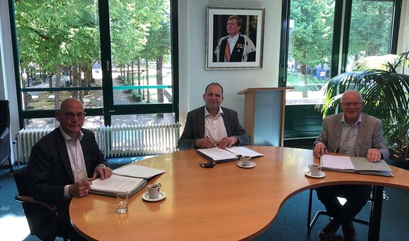 Onderschrift foto: v.l.n.r. Herman Michiels, Wouter Bollen en Jan Emonds ondertekenen de overeenkomst voor verkoop van de gronden.