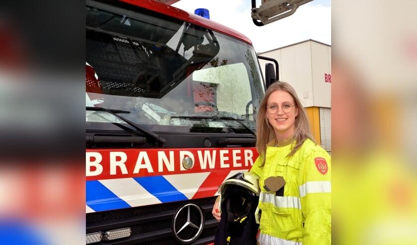 <p>Elke bij een brandweerwagen op de kazerne in Uden.</p>