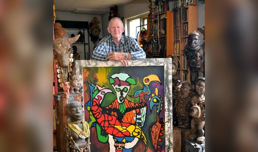 <p>Jan met &eacute;&eacute;n van zijn werken. (foto: Henk Lunenburg)</p>