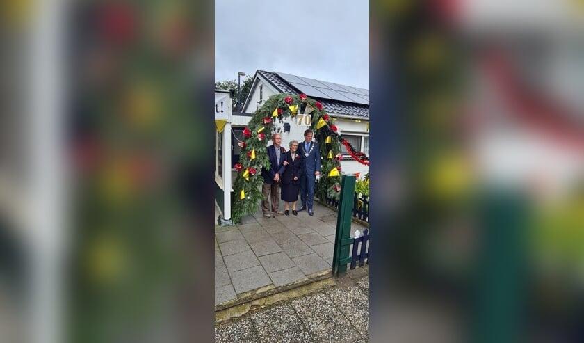 <p>Het platina echtpaar vierde de bijzondere dag onder andere met bezoek van burgemeester Walraven.</p>