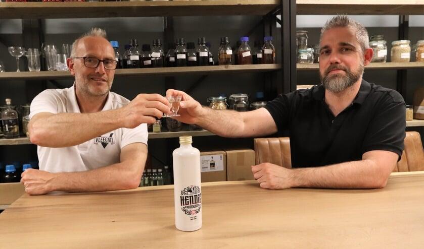 <p>Brouwer Lucas Timmers en distillateur Erwin Schouten.</p>