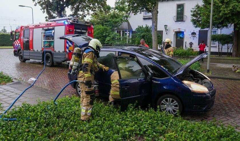 Interieur van auto op Booglaan zwaar beschadigd door brandje. (Foto: Gabor Heeres, Foto Mallo)