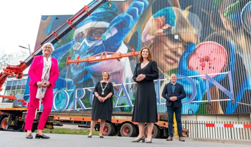 <p>Petra Willems (Managing Director van Organon Benelux), burgemeester Wobine Buijs-Glaudemans, Wenny Raaijmakers (directeur Organon Oss) en wethouder Frank den Brok. (Foto: René Nelissen)</p>