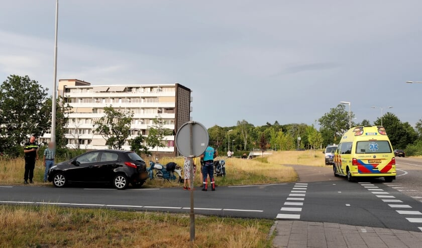 Een linksaf slaande automobilist zag twee bromfietsers over het hoofd in Gennep.