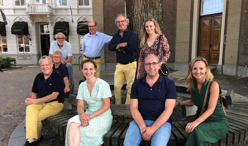<p>Donna van den Bosch (staand rechts) ging met deze delegatie langs in Sint-Oedenrode en Veghel.</p>
