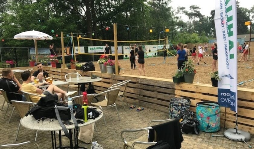 <p>Er is gezellige zomerse achtergrondmuziek en het beachpark is van sfeervolle verlichting voorzien, zodat het in de zwoele zomeravonduren nog lang gezellig is.</p>