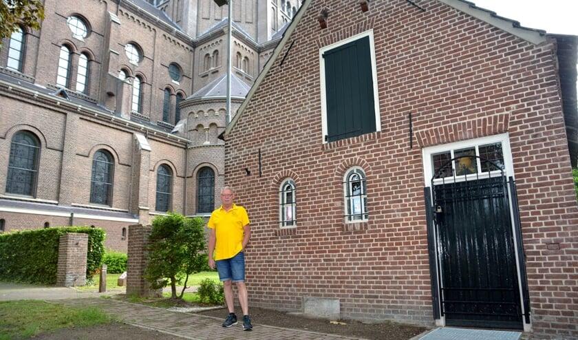 <p>Voorzitter Jeroen Kuitert bij het Knekelhuisje. (foto: Henk Lunenburg)</p>